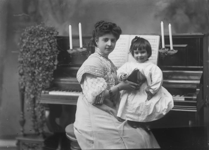 medre e hija al piano